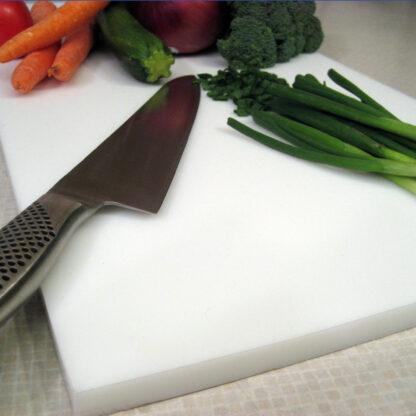 Hvidt skærebræt til madlavning